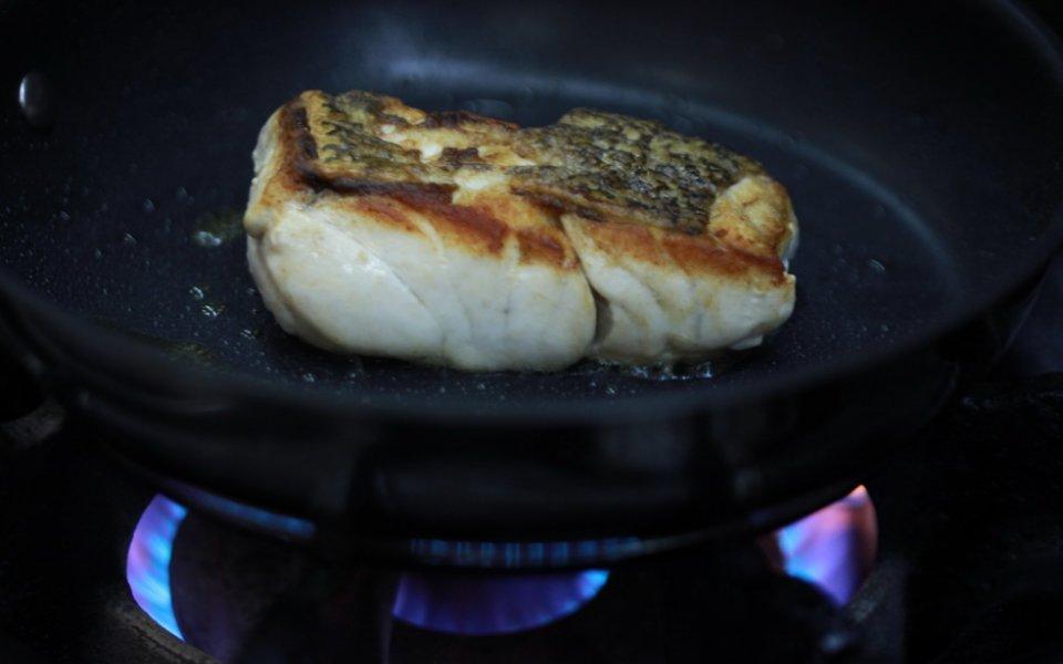 Ψάρι και αλεύρωμα: Είναι απαραίτητο το αλεύρωμα για να πετύχουμε καλή κρούστα;