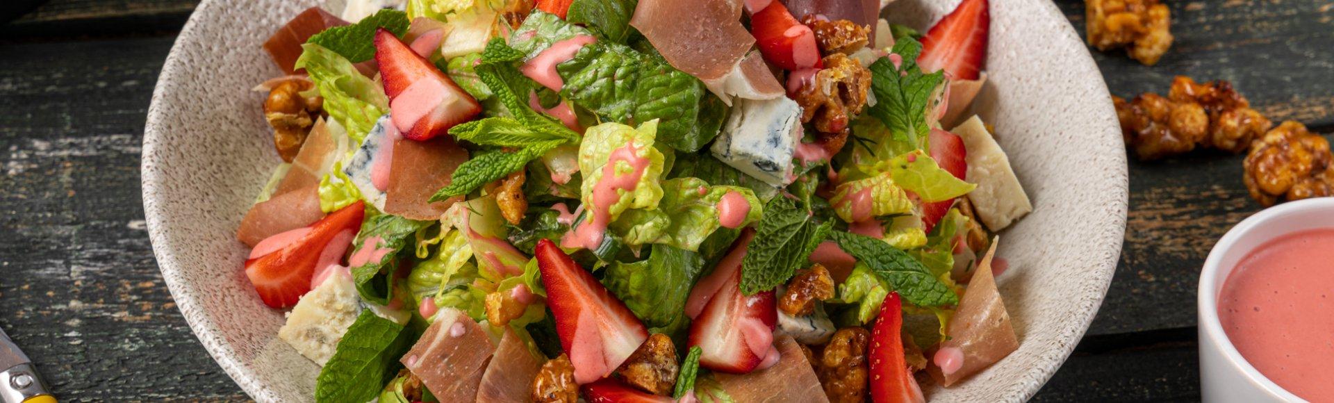 Σαλάτα Φρεσκούλης παραδοσιακή, με φράουλες, γκοργκοντζόλα και προσούτο