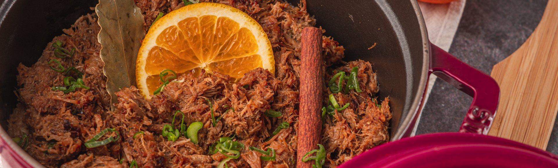 Σιγομαγειρεμένο χοιρινό με πορτοκάλι και μπαχαρικά