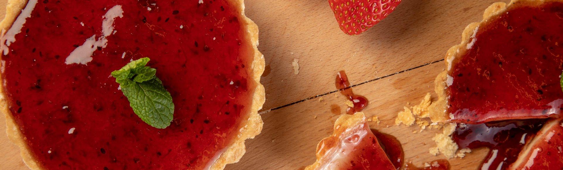 """Τάρτα με γέμιση """"cheesecake"""" και μαρμελάδα φράουλα"""