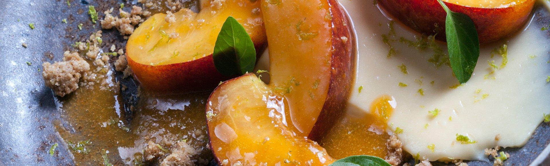 Ροδάκινα με κρέμα λεμόνι και crumble αμυγδάλου