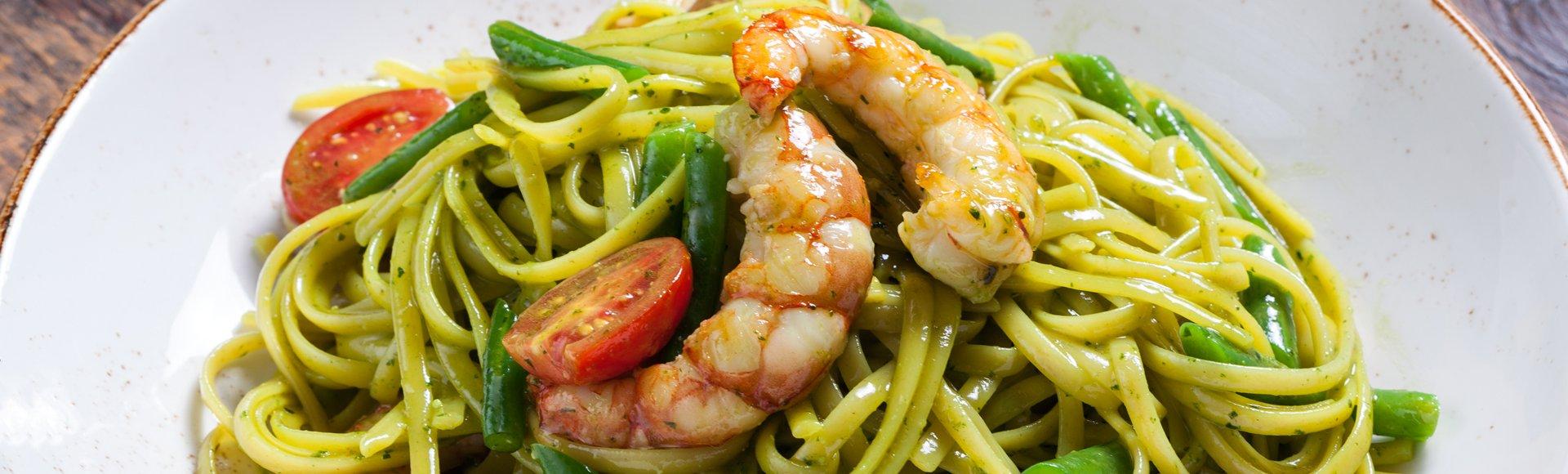 Λιγκουίνι με γαρίδες, πέστο, φασολάκια και ντοματίνια