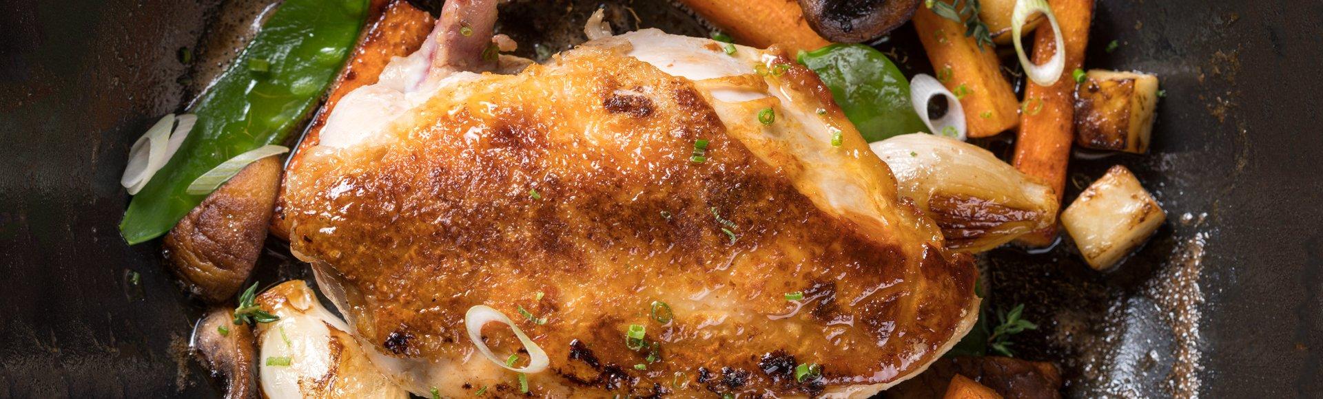 Ψητό κοτόπουλο με λαχανικά και σάλτσα από τον ζωμό του