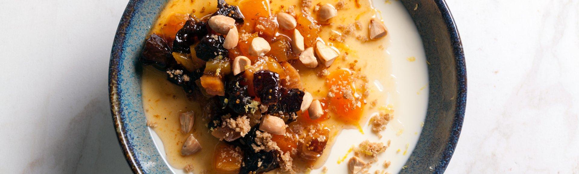 Πανακότα γιαούρτι, με σιροπιαστά αποξηραμένα φρούτα και αμύγδαλα
