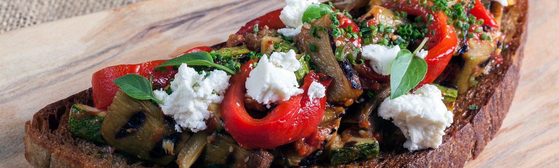 Μπρουσκέτα με λαχανικά σχάρας και κατσικίσιο τυρί