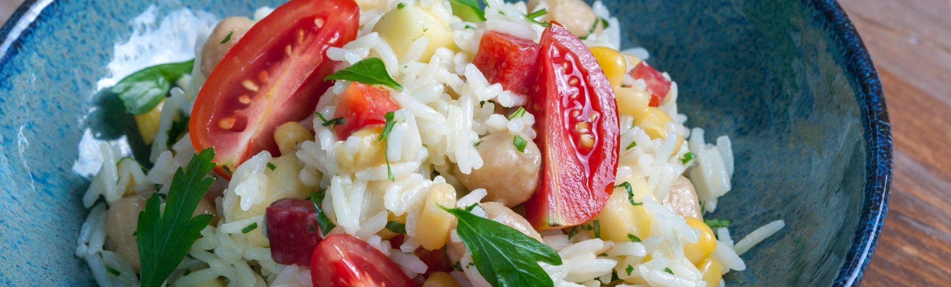 Ρυζοσαλάτα με ρεβύθια και βινεγκρέτ με μάνγκο, λάιμ και κύμινο