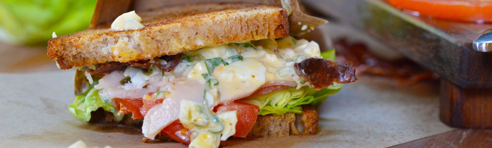 Σάντουιτς με αυγοσαλάτα, μπέικον και καπνιστή γαλοπούλα