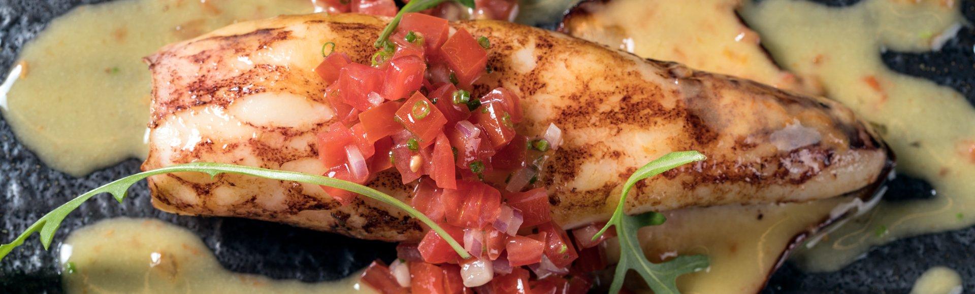 Καλαμάρι σχάρας με λαδολέμονο και ντομάτα