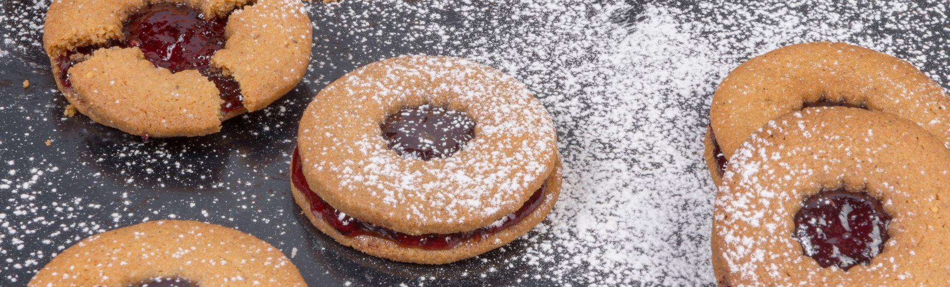 Μπισκότα με κανέλα, τζίντζερ και φουντούκια και μαρμελάδα από φρούτα δάσους