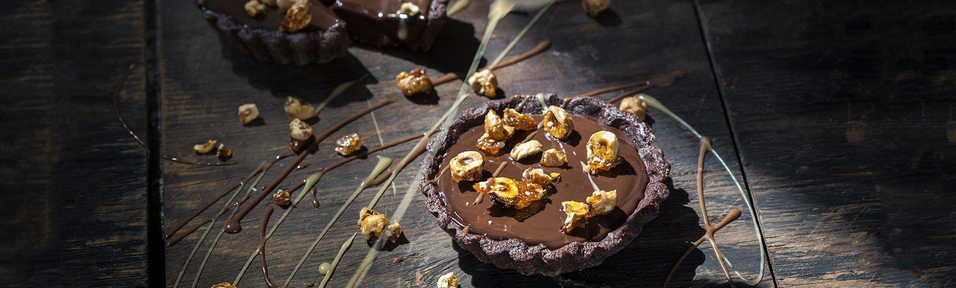 Τάρτα με σοκολατένια ζύμη και γέμιση και καραμελωμένα φουντούκια