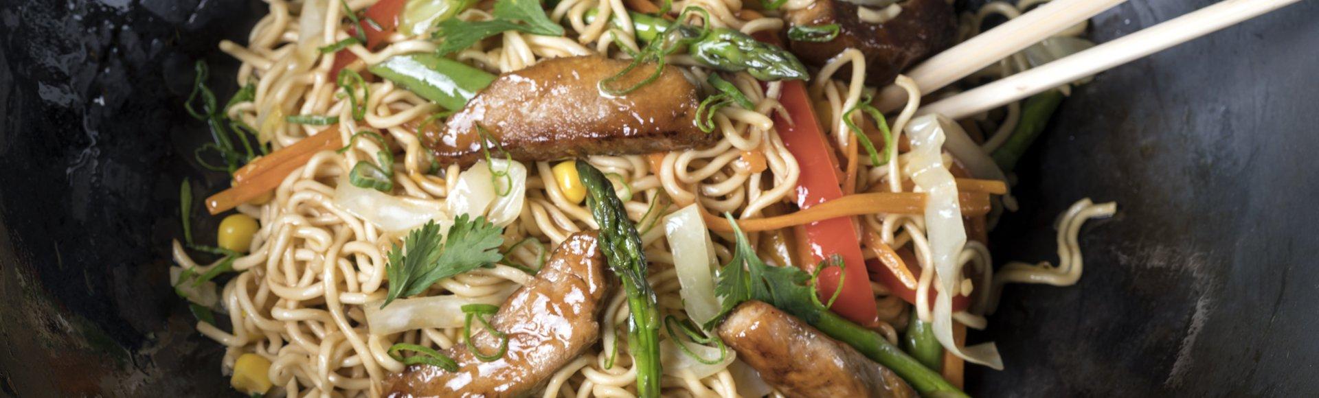 Νουντλς με χοιρινό σοτέ, λαχανικά και σάλτσα σόγια-μέλι