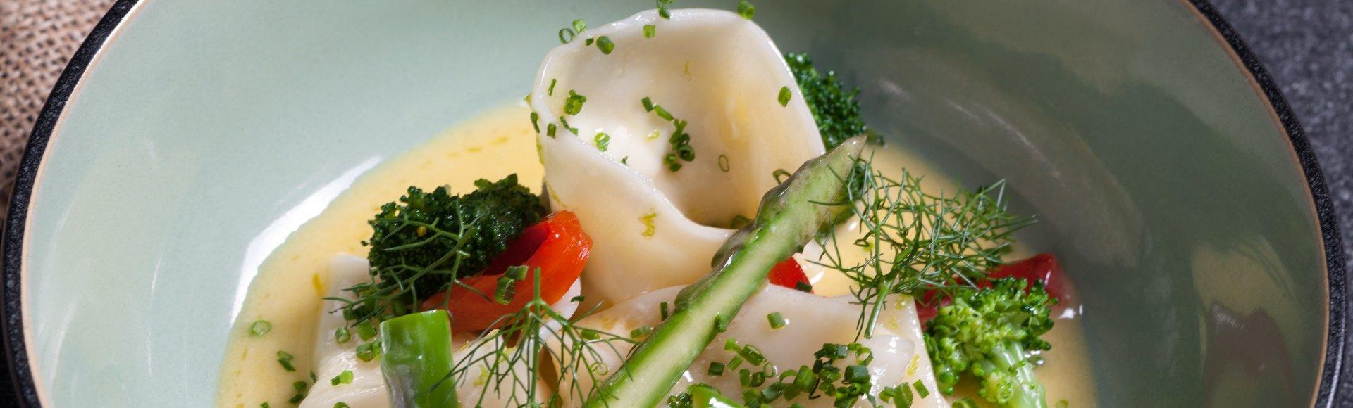 «Τορτελίνι» με γλώσσα και γαρίδες σε σάλτσα με λέμονγκρας και σπαράγγια
