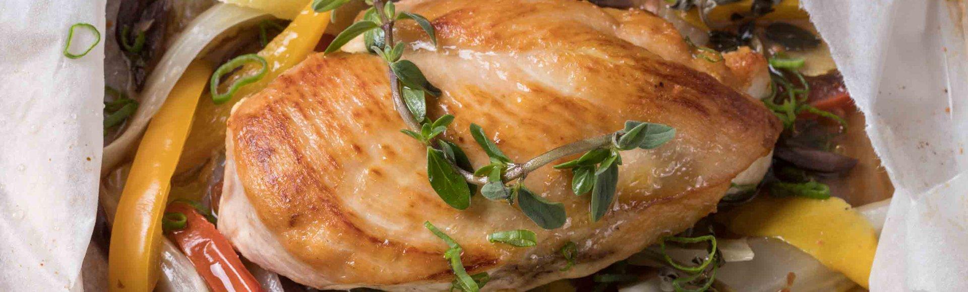 Κοτόπουλο στη λαδόκολλα με λαχανικά, ελιές και ματζουράνα
