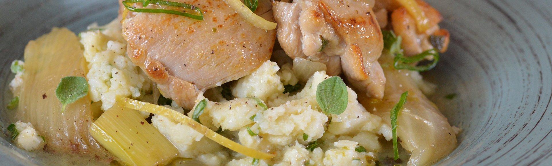 Κοτόπουλο λεμονάτο με φινόκιο και σκορδάτες σπαστές πατάτες