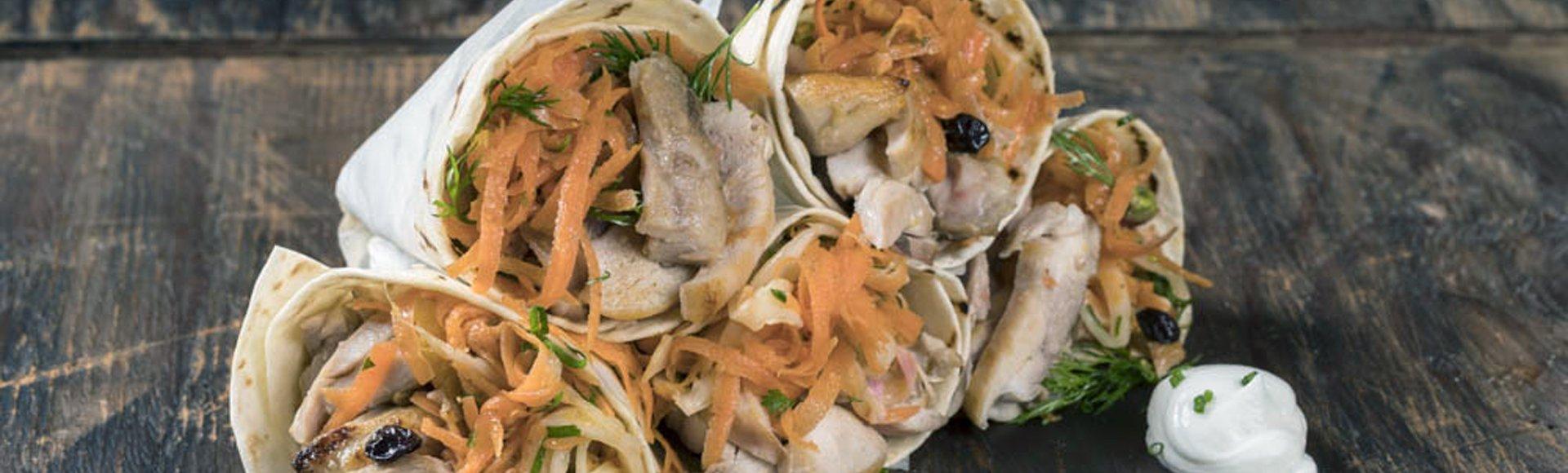 Πιτάκι τυλιχτό με κοτόπουλο και καροτοσαλάτα