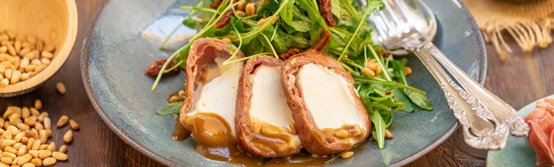 Σαλάτα ρόκα με ψητή μοτσαρέλα τυλιγμένη σε προσούτο