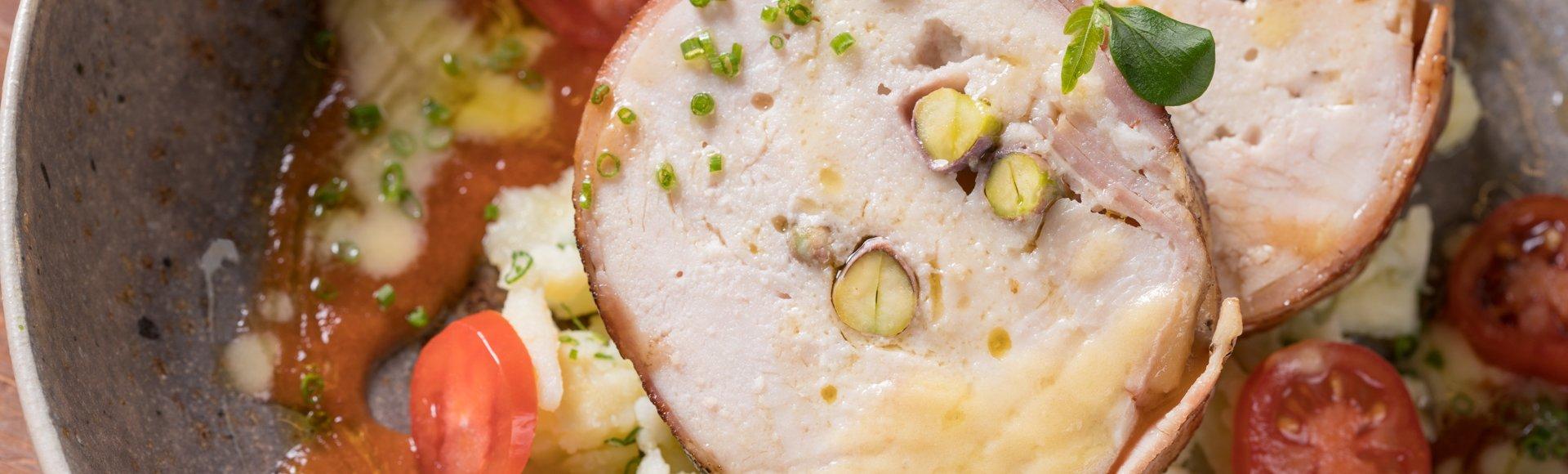 Γαλοπούλα ρολό με προσούτο, σπαστές πατάτες και κρύα σάλτσα με τοματίνια