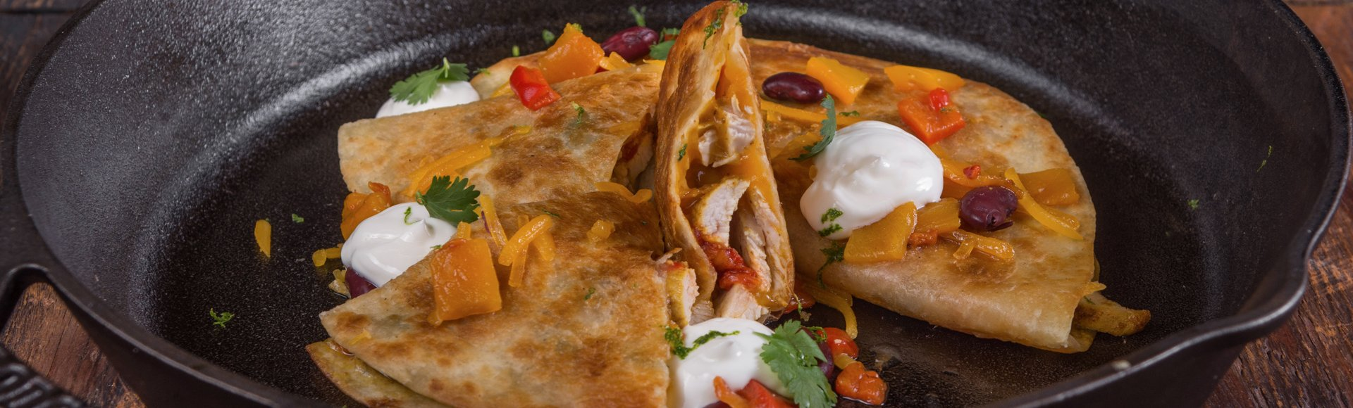 Quesadillas με μαριναρισμένο κοτόπουλο, τσένταρ & πιπεριές