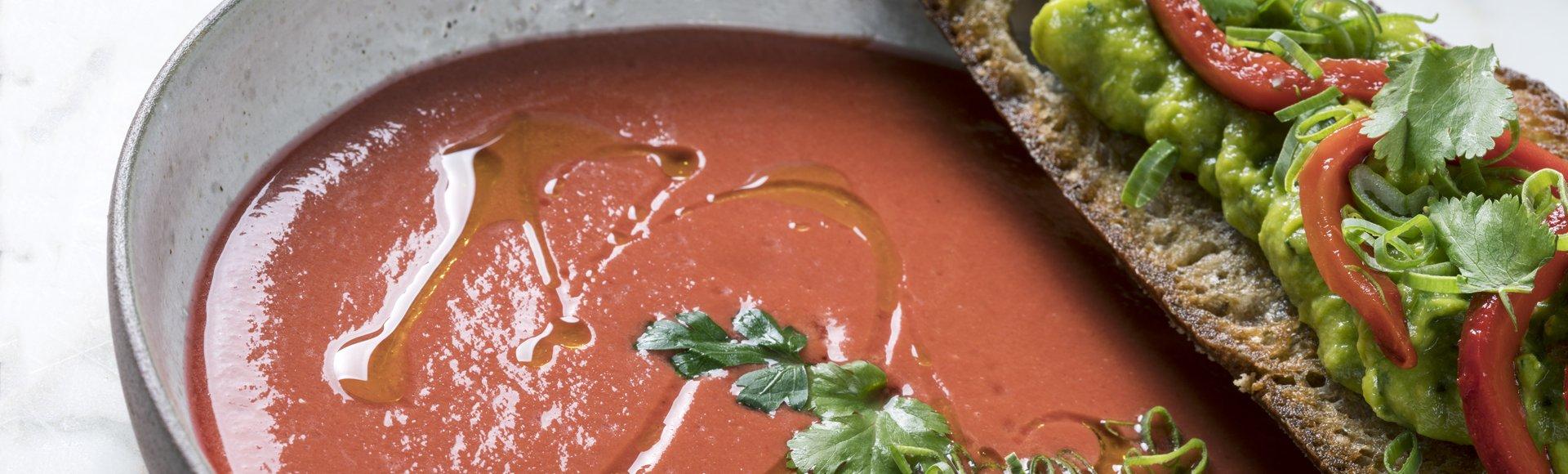 Κρύα σούπα ντομάτας και μπρουσκέτα με αβοκάντο και φρέσκο κόλιανδρο