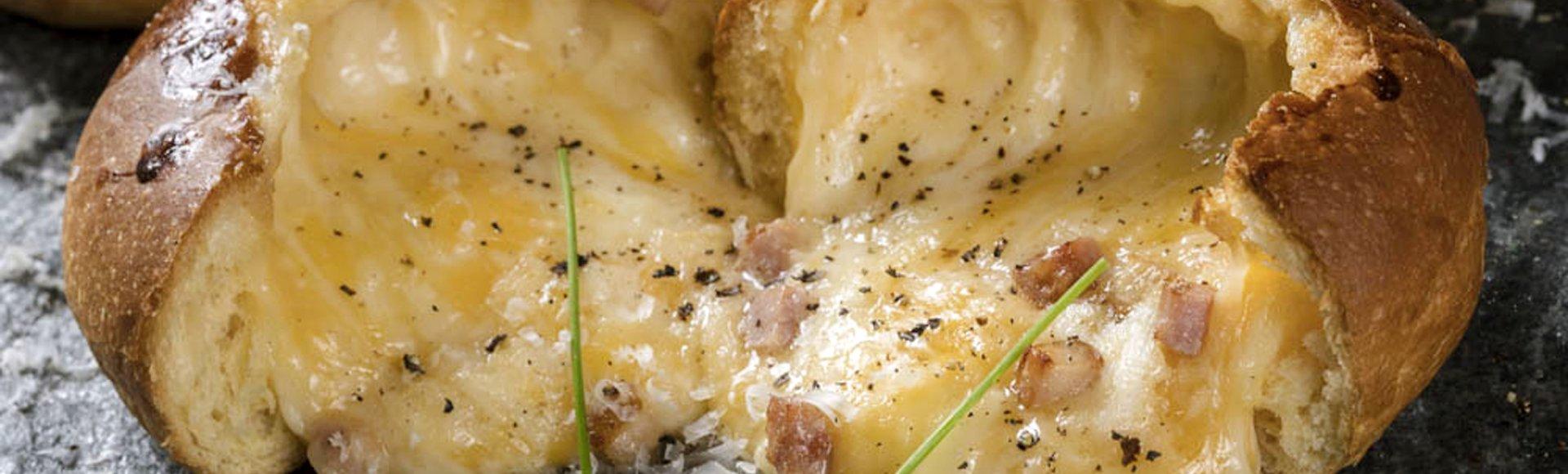 Γεμιστά ψωμάκια με τσένταρ, γραβιέρα και μπέικον