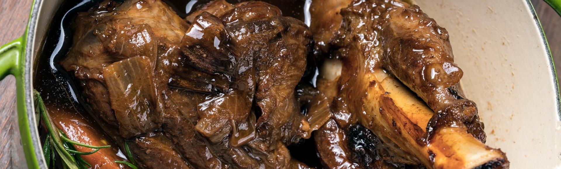 Αρνίσιο κότσι μαγειρευτό με κόκκινο κρασί και δεντρολίβανο