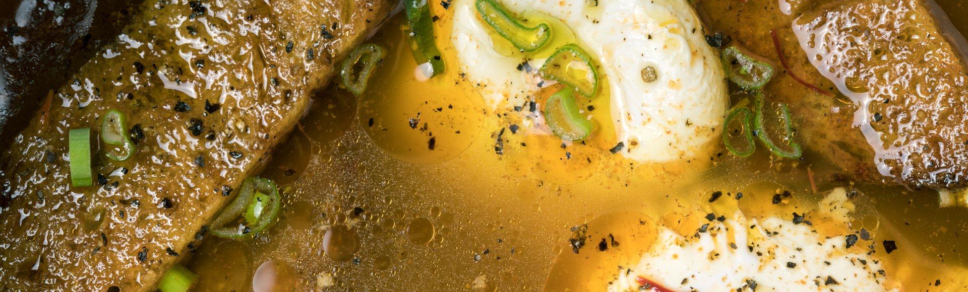 Σκορδάτη σούπα με καπνιστή πάπρικα, αυγό και χωριάτικο ψωμί