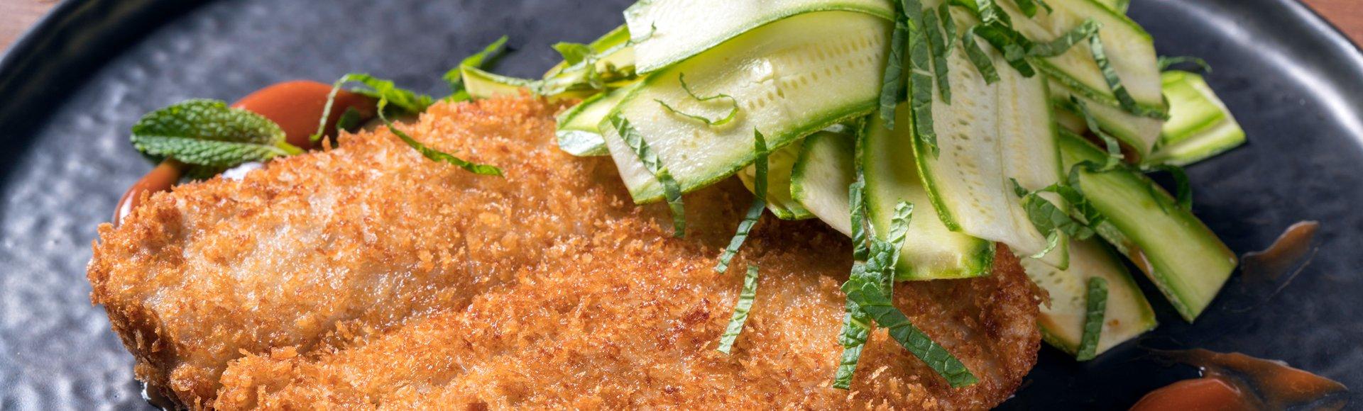 Σνίτσελ με ψαρονέφρι και σαλάτα με κολοκύθι και δυόσμο
