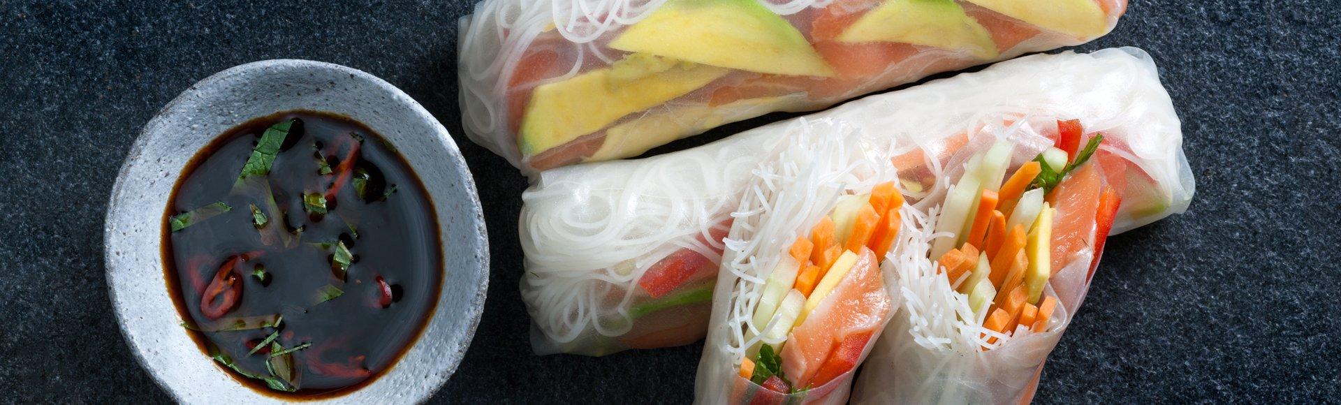 Καλοκαιρινά ρολά (summer rolls) με σολομό, λαχανικά, σόγια και λάιμ
