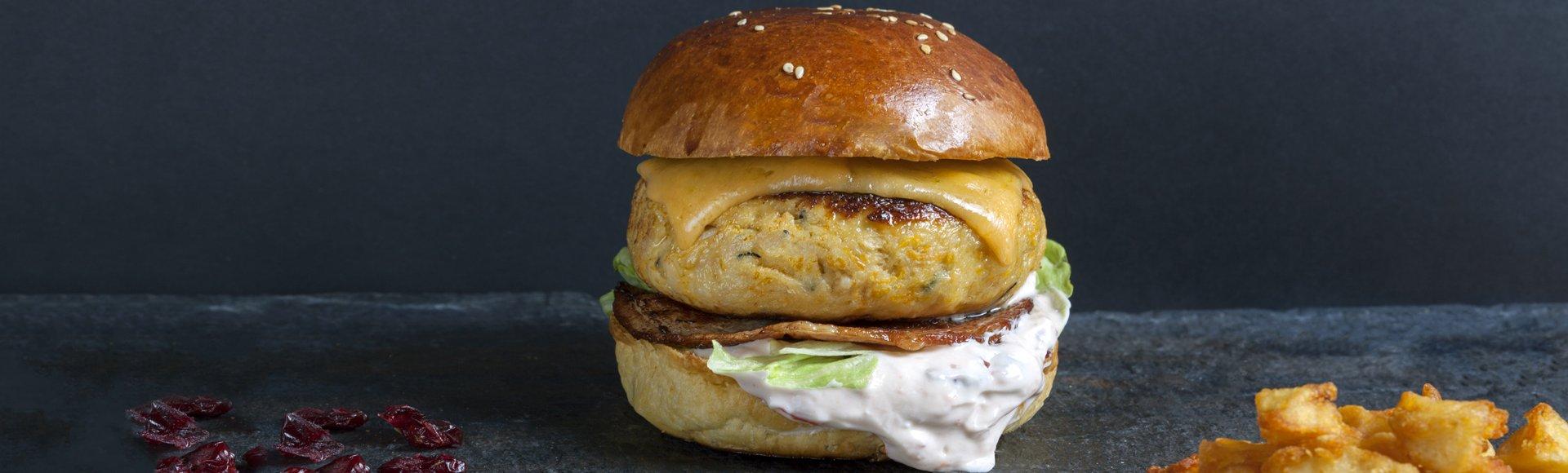 Burger γαλοπούλα, μπέικον, τσένταρ & σάλτσα κράνμπερι