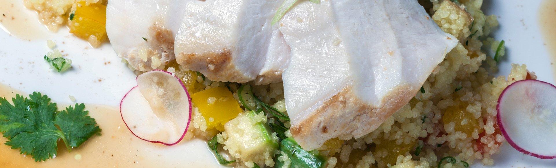 Κοτόπουλο στήθος σοτέ και κουσκούς με τζίντζερ και λαχανικά