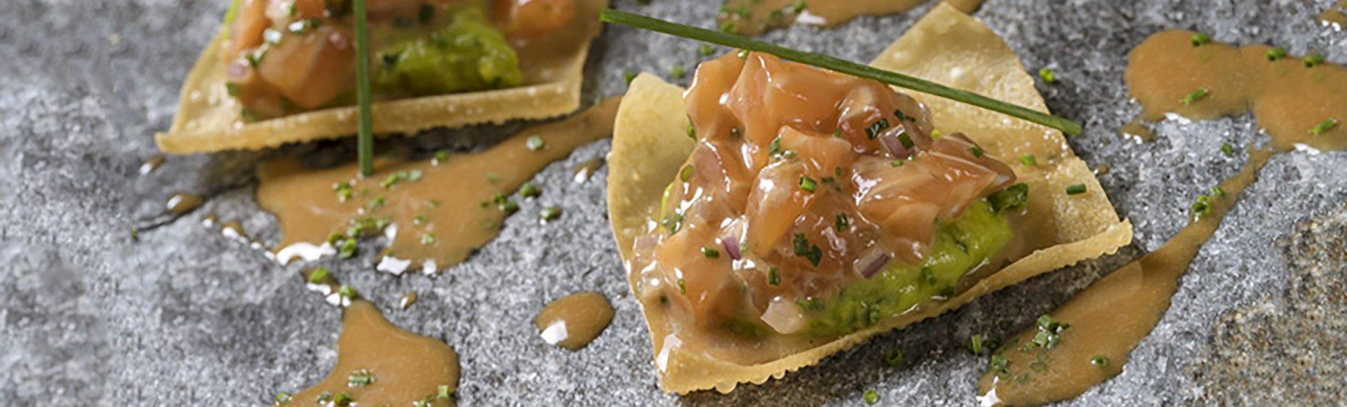 Ταρτάρ σολομού με αβοκάντο σε τραγανό γουοντόν