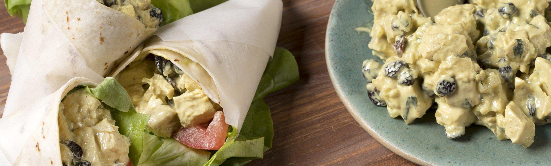 Τορτίγια wrap με κοτοσαλάτα, κάρι και σταφίδες