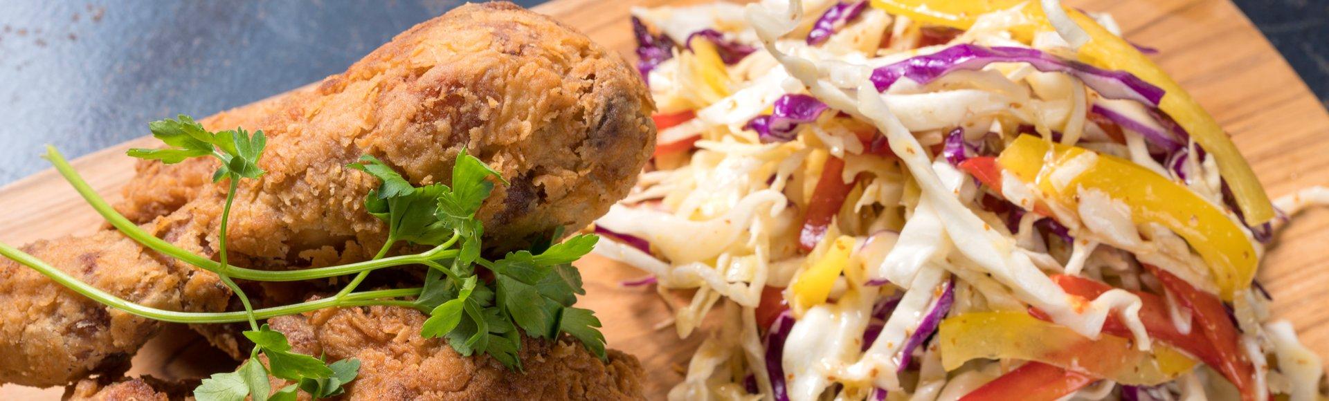Τηγανητό κοτόπουλο με σαλάτα coleslaw