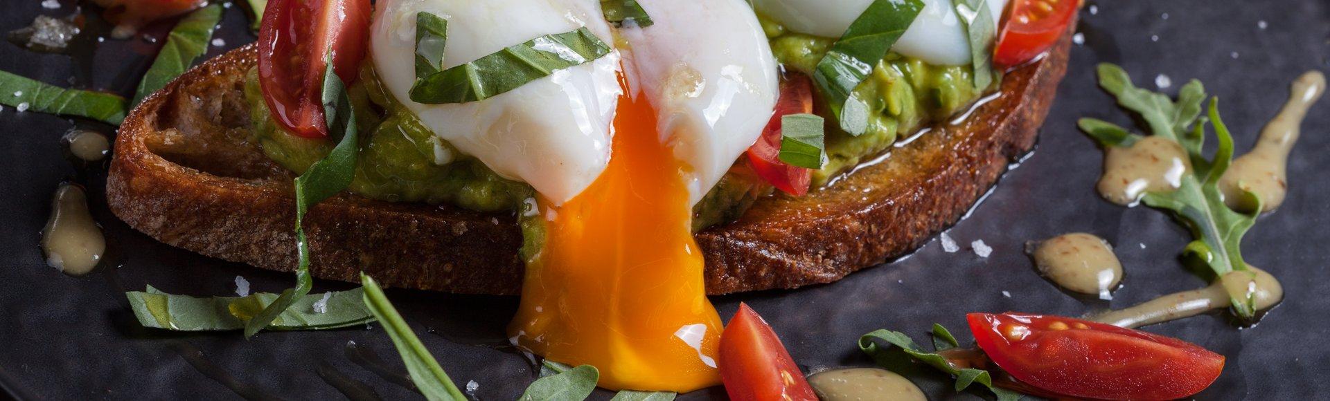 Μπρουσκέτα αβοκάντο, ντοματίνια και αυγό ποσέ