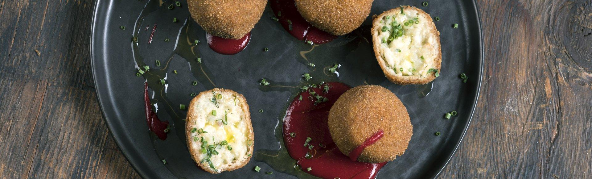 Κροκέτες μπακαλιάρου με σάλτσα σαφράν και σαλάτα παντζάρι