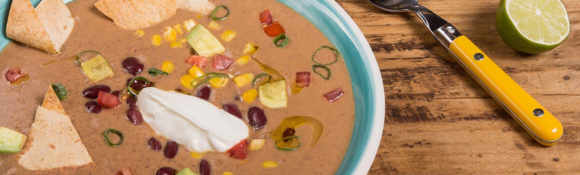Σούπα από κόκκινα φασόλια με αβοκάντο και καλαμπόκι