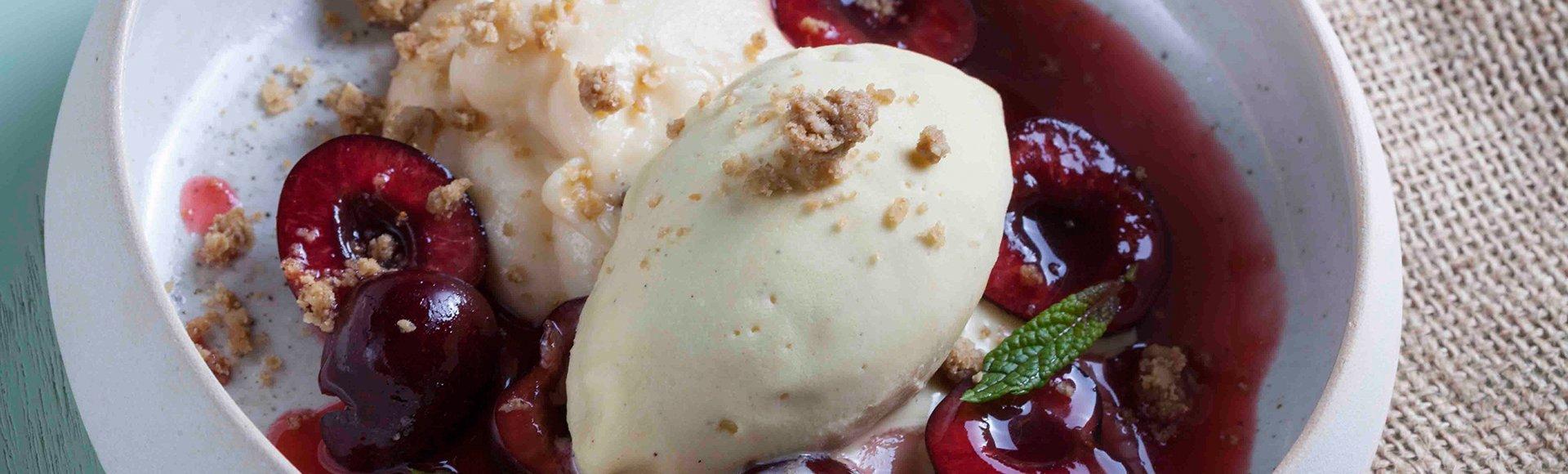 Μαριναρισμένα κεράσια με κρέμα πικραμύγδαλο και παγωτό βανίλια