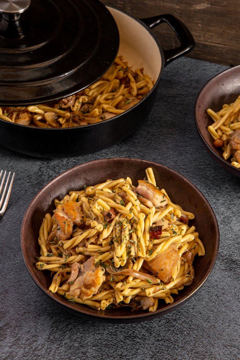 Πλεξούδες με μαγειρευτό κοτόπουλο, μανιτάρια & λάδι τρούφας
