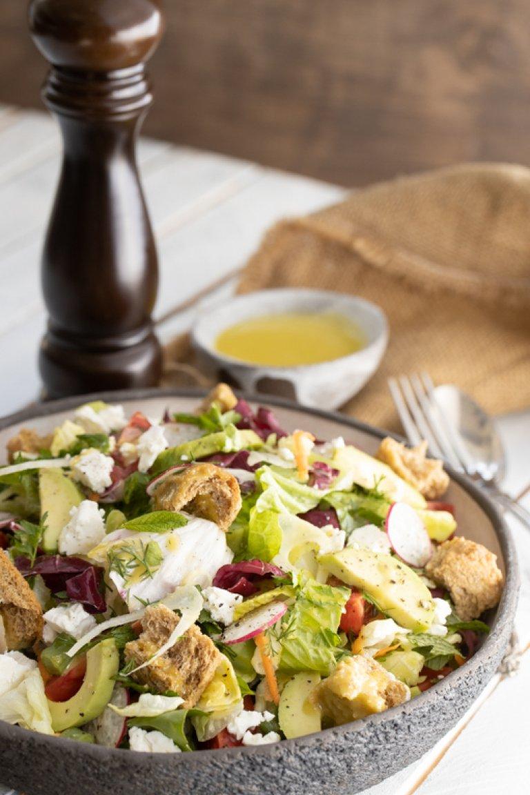 Ανάμεικτη σαλάτα με αβοκάντο, φέτα, φινόκιο και λεμόνι