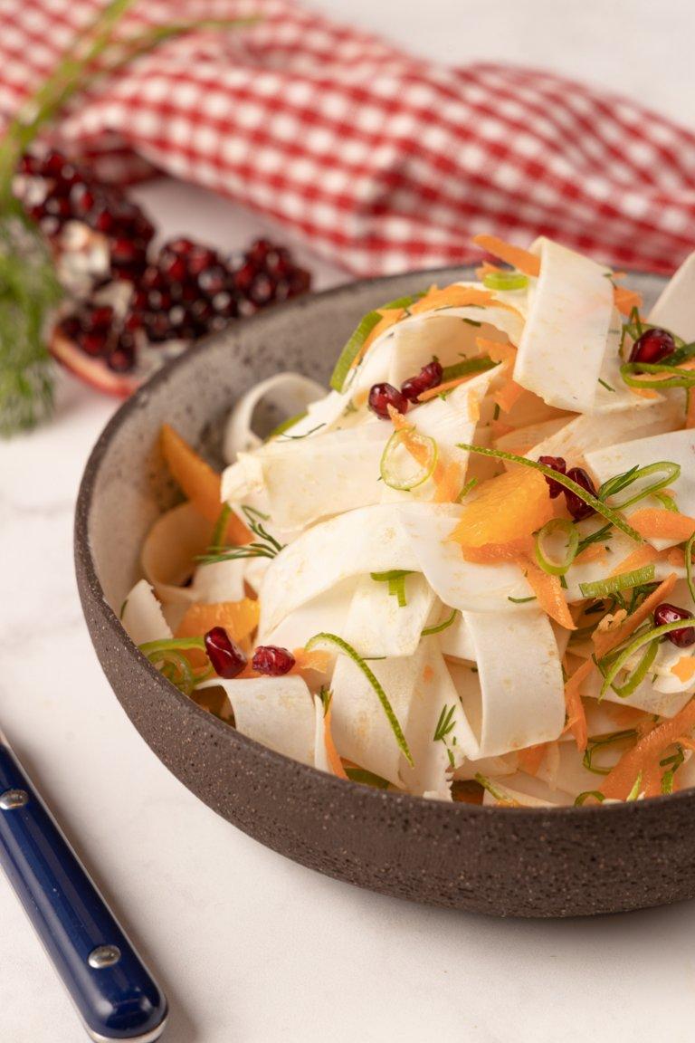 Ωμή σαλάτα με σελινόριζα, καρότο και ρόδι