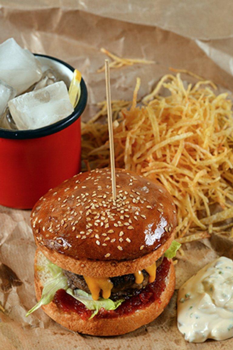 "Burger μοσχαρίσιο με μαρμελάδα ντομάτας και τηγανητές πατάτες ""άχυρο"""