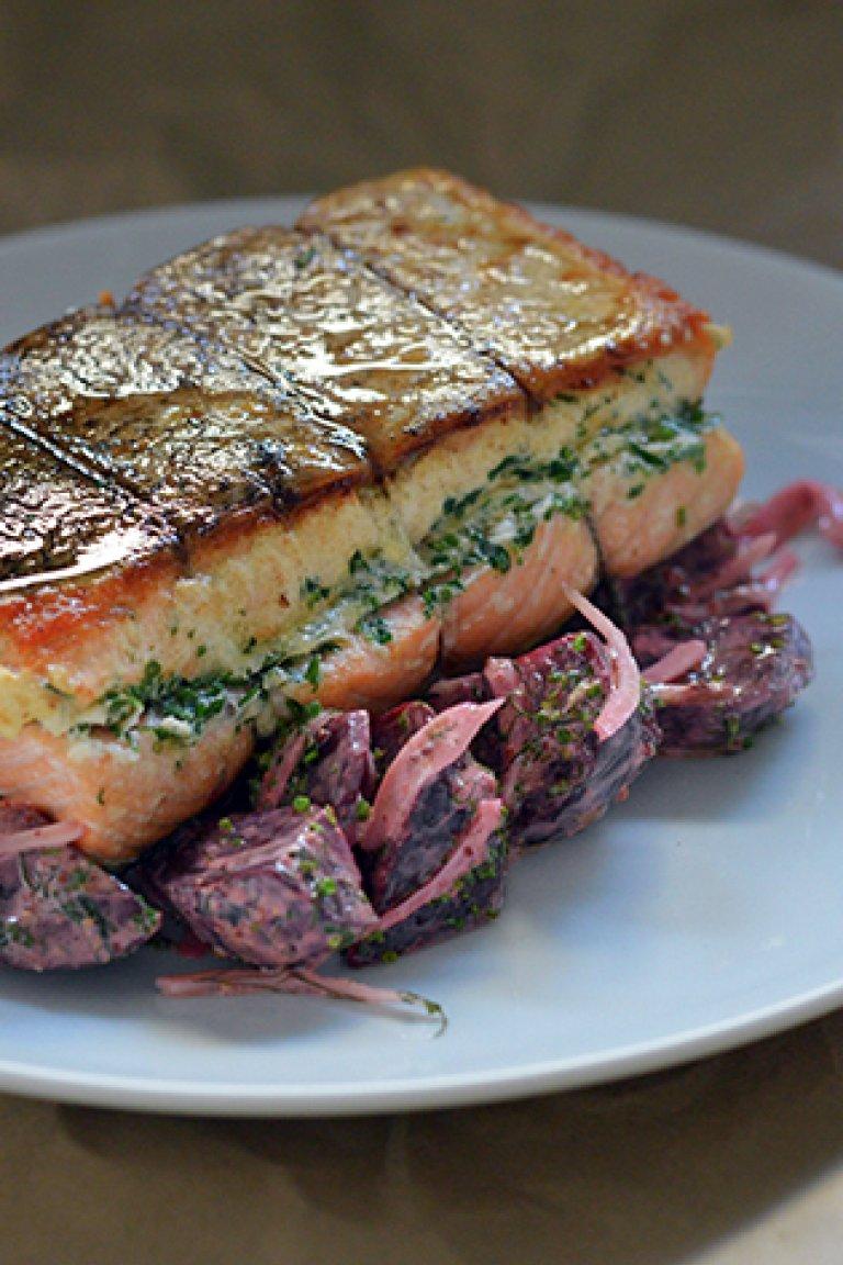 Σολομός στο φούρνο, με σαλάτα από ψητά παντζάρια, φινόκιο και σάλτσα με μουστάρδα και άνηθο