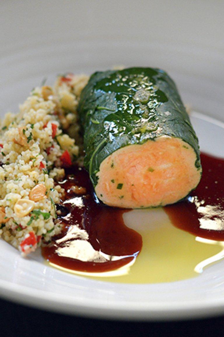 Ντολμάς σολομού ποσέ με σάλτσα από μαυροδάφνη