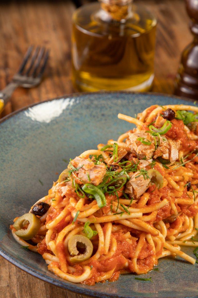 Σπαγγέτι με τόνο, σάλτσα ντομάτα, κάπαρη, πράσινες ελιές και σταφίδες