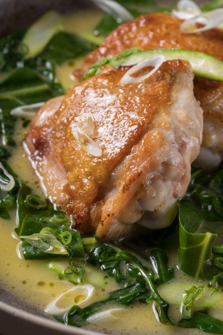 Κοτόπουλο φρικασέ με χόρτα και σπαράγγια
