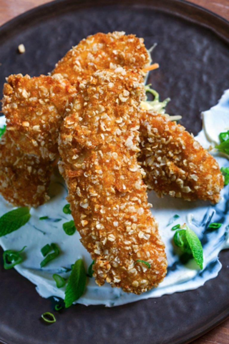 Κοτόπουλο στήθος πανέ με βρώμη, παρμεζάνα και σάλτσα  με γιαούρτι και δυόσμο
