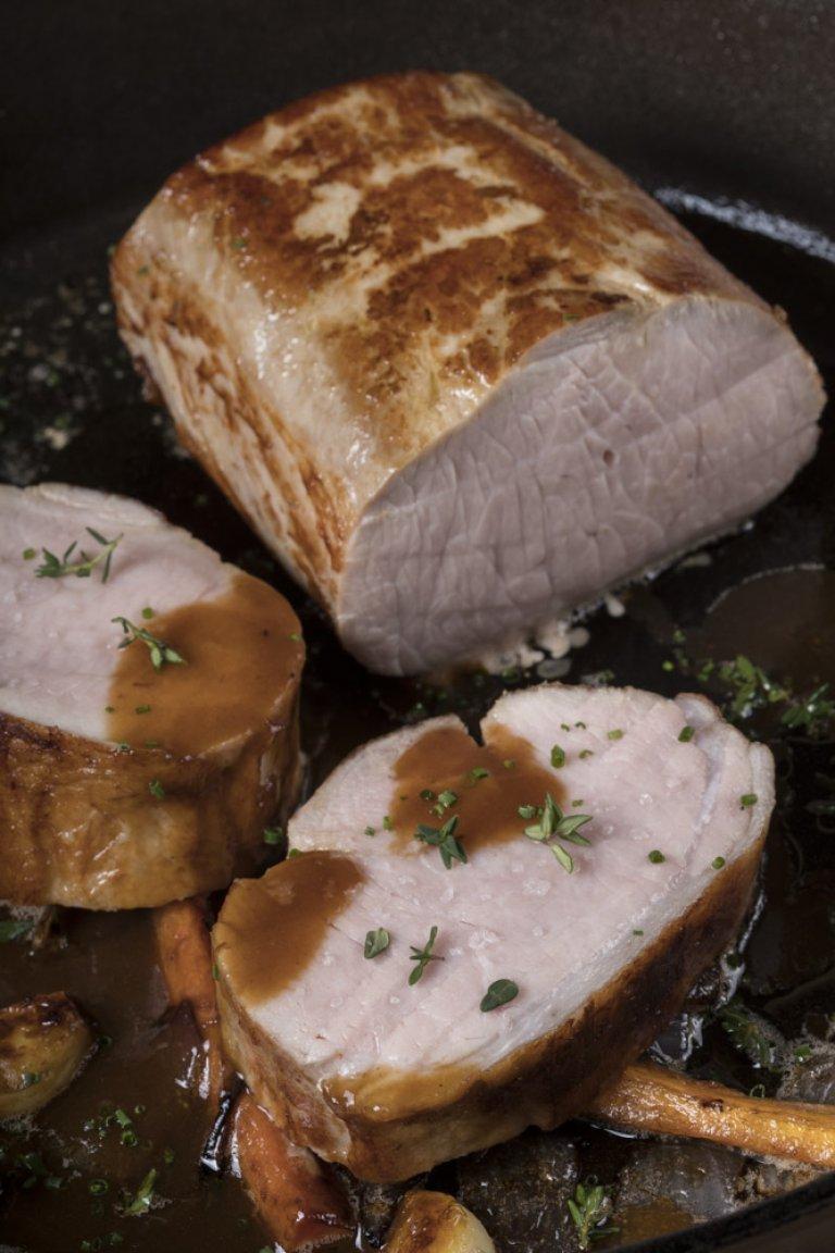 Χοιρινό κόντρα ψητό με σάλτσα από τους χυμούς του