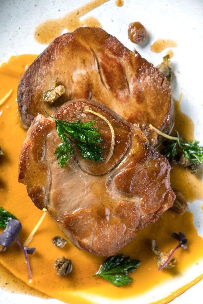 Χοιρινό με πουρέ γλυκοπατάτας και σάλτσα με ξίδι μπαλσάμικο