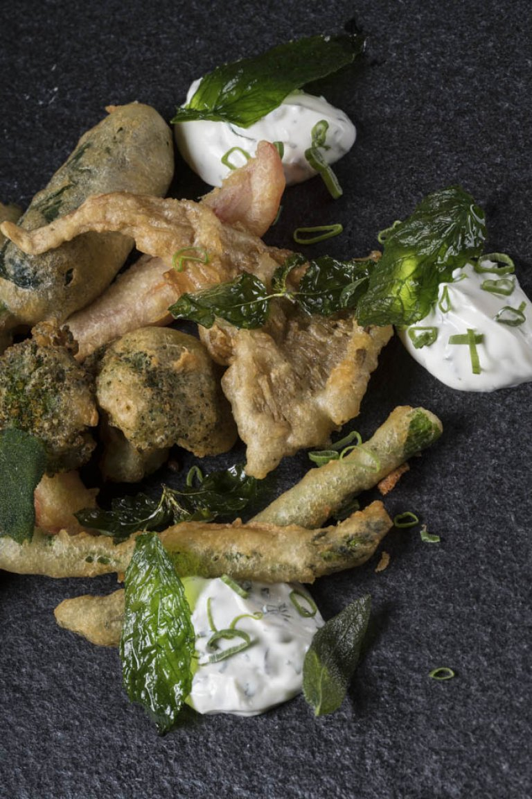 Λαχανικά σε κουρκούτι μπίρας με σάλτσα από γιαούρτι και δυόσμο