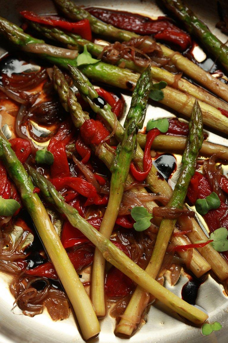 Σπαράγγια με ψητές πιπεριές και καραμελωμένο κρεμμύδι